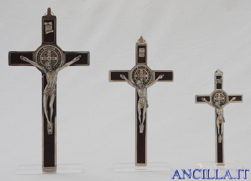 Croce-medaglia di San Benedetto in metallo intarsio legno tinta noce con base