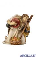 Pastore inginocchiato con bastone e mele Rainell serie 9 cm