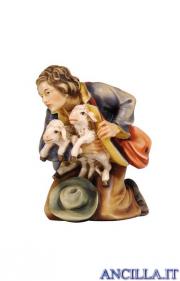 Pastore inginocchiato con due agnelli Kostner serie 9,5 cm