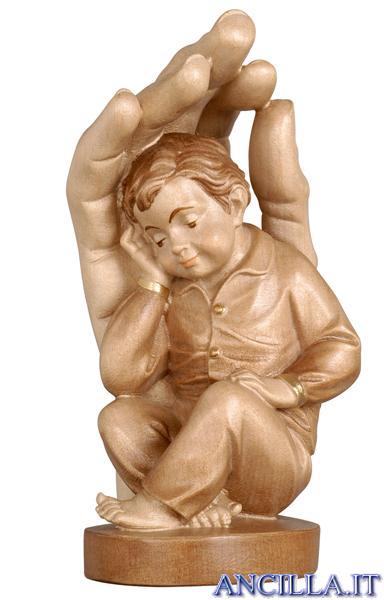 Mano che protegge bambino
