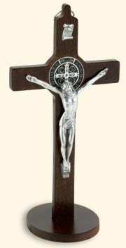Croce-medaglia di San Benedetto in legno tinta noce con base